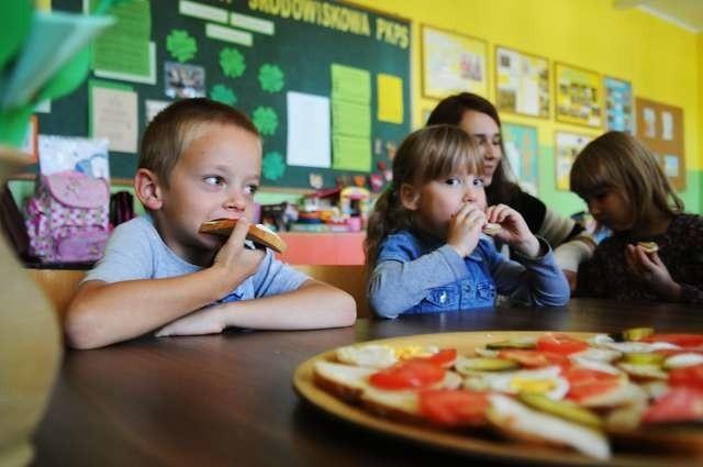 """Dzieci ze świetlicy środowiskowej PKPS przy SP nr 6 też korzystają z akcji """"Dzieciom smacznego"""""""