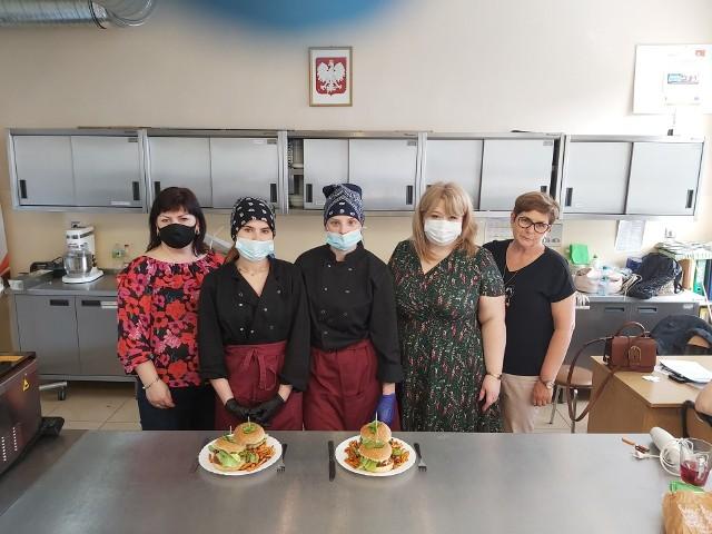 Zwyciężczynie konkursu kulinarnego w Zespole Szkół Ponadpodstawowych i ich popisowe dania.