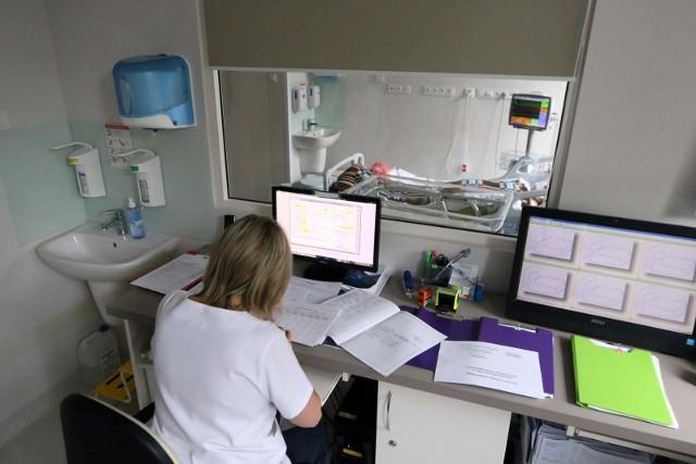 Rekordowe statystyki ze środy sprawiły, że w rządzie przyspieszyły prace nad wprowadzeniem w Polsce nowych obostrzeń i limitów spowodowanych epidemią koronawirusa