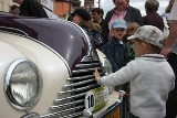 Stare samochody w centrum Białegostoku. Na Rynku Kościuszki odbyła się prezentacja pojazdów Rajdu Pogoni (wideo, zdjęcia)