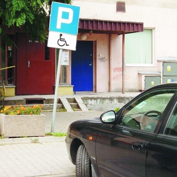 To zdjęcie zrobiliśmy wczoraj w centrum Suwałk. Ten pojazd żadnej nalepki nie miał.