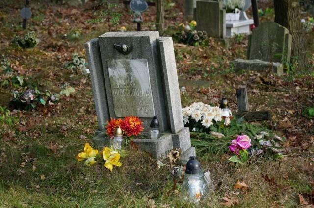Cmentarz to miejsce, które budzi smutek i refleksje. Na każdym z nich znajduje się jednak miejsce szczególne, które napełnia wyjątkowym smutkiem - to część, gdzie znajdują się groby dzieci. Wiele z nich zmarło już w dniu swoich narodzin, są też i takie mogiły, w których spoczywają dzieci zmarłe w wieku zaledwie kilku lat. Niestety, wiele takich grobów jest w fatalnym stanie - na zaniedbanych płytach nagrobnych zatarły się litery z nazwiskami, a nie brakuje też mogił, po których zostały już tylko niewielkie górki ze starymi zniczami. Zobacz więcej zdjęć --->