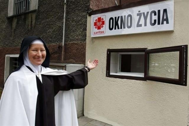 Oknem Życia opiekują się siostry Karmelitanki Dzieciątka Jezus
