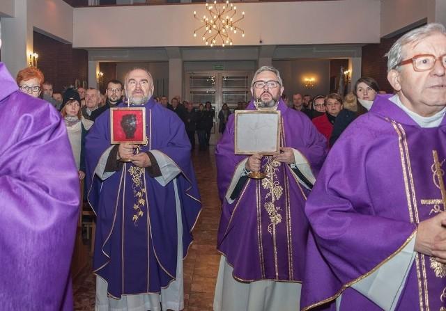 W parafii pw. Matki Bożej Niepokalanej w Harmężach (gm. Oświęcim), przebywały relikwie św. ojca Pio