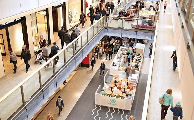 Przedsiębiorcy zgodnie uznali, że w efekcie wprowadzenia i zwiększenia liczby niedziel wolnych od handlu najbardziej poszkodowani zostali właśnie najemcy mniejszych stoisk/wysp/lokali gastronomicznych w centrach handlowych.