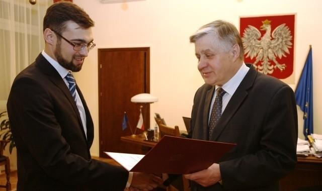 Łukasz Hołubowski odbiera z rąk Krzysztofa Jurgiela akt powołania