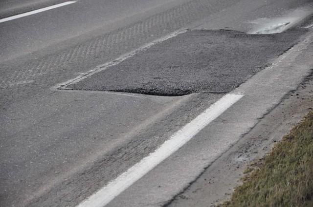 Kierowcy narzekają, że remont nawierzchni na trasie z Grodziska Wielkopolskiego do Ptaszkowa okazał się wielką fuszerką