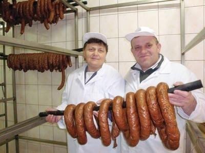 Stanisław Mądry z żoną Danutą wyjmują pęta kiełbasy lisieckiej z wędzarni FOT. GRAŻYNA STARZAK