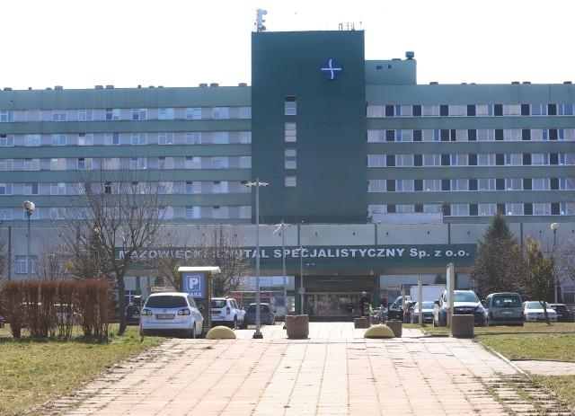 W szpitalu na Józefowie pracownikom pomagają wolontariusze.
