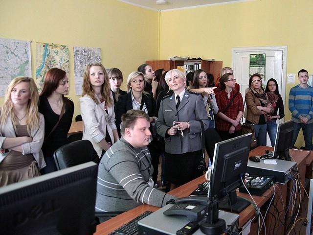 Młodzież w komendzie policji w Grudziądzu.
