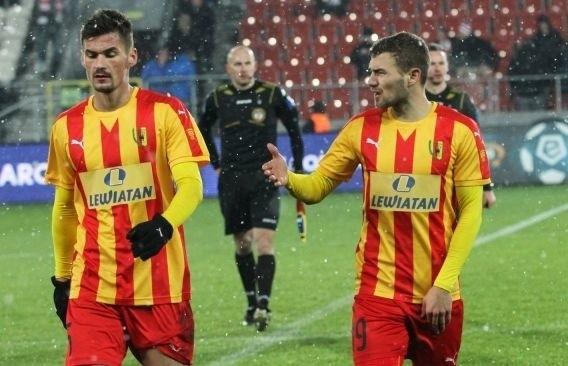Adnan Kovacević (z lewej) w meczu z Cracovią dostał czwartą żółta kartkę i nie zagra z w sobotę z Arką Gdynia.