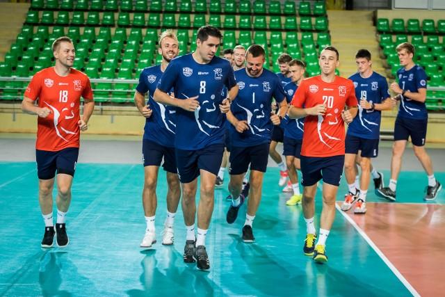 Siatkarze Chemika Bydgoszcz rozpoczęli przygotowania do nowego sezonu w Plus Lidze. Przed zawodnikami ponad dwa miesiące treningów i gra w czterech turniejach. Start ligi 26 października. Na kolejnych  stronach zdjęcia z pierwszych zajęć.