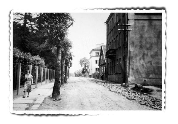 Ul. Fabryczna, ale już w latach 1952-1953. Fotograf Mieczysław Wałuszko, a na planie pierwszym przedwojenna siedziba Polskiego Prywatnego Gimnazjum i Liceum im. Henryka Sienkiewicza.