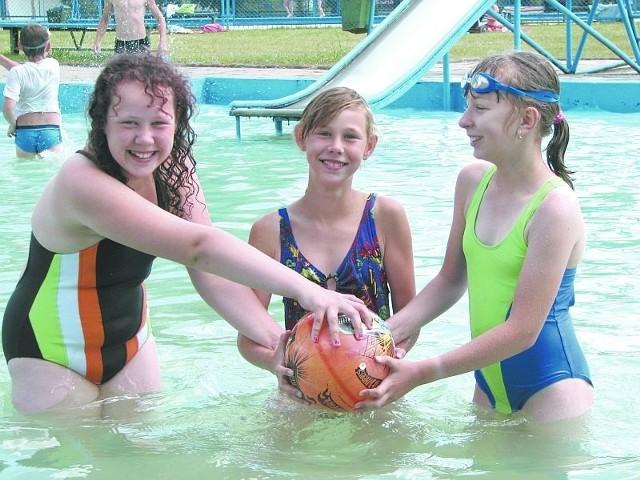 Przychodzimy na basen w Hajnówce z radością, bo lubimy się tutaj bawić – mówią Paulina i Izabela Chraboł oraz ich koleżanka Ewa Golonko