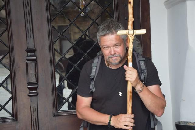 Pielgrzymuje z krzyżem przez Polskę. Odwiedził Sieradz