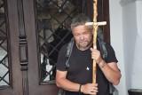 Pielgrzymuje z krzyżem przez Polskę. Odwiedził Sieradz ZDJĘCIA