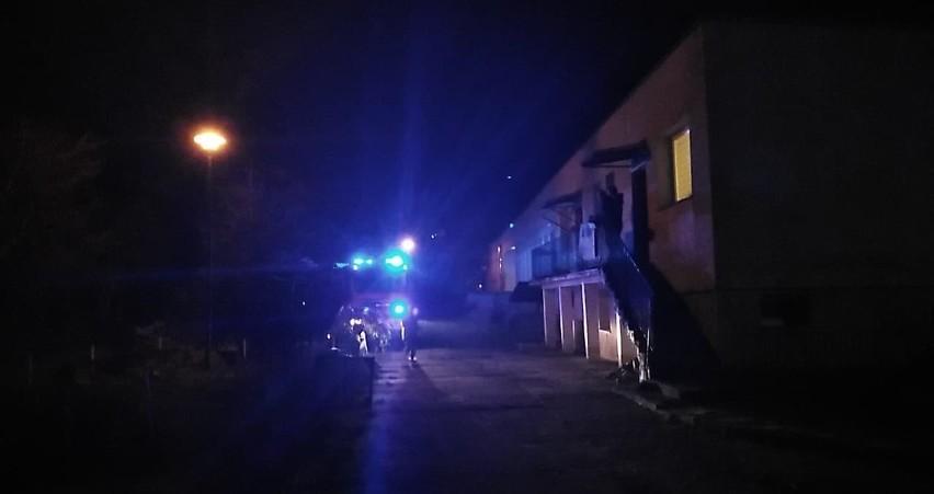 We wtorek (26.11) w Ustce w budynku po byłym domu dziecka (obecnie dom z mieszkaniami socjalnymi Grunwaldzka 39) doszło do groźnego pożaru. Na miejscu zdarzenia pracowali strażacy z Ustki oraz jednostki wojskowej.- Na szczęście pożar został szybko opanowany. W tej chwili trwa sprzątanie i zwijanie sprzętu. Na miejscu zdarzenia jedna osoba otrzymała pomoc medyczną. Nikomu nic się nie stało - powiedział rzecznik prasowy słupskiej straży pożarnej Tomasz Pączkowski.
