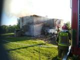 Pożar w miejscowości Chwałki. Cały dach był w ogniu [ZDJĘCIA]