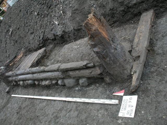 Na ulicy Sokołowskiej w Tykocinie naukowcy odsłonili relikty zabudowy drewnianej. Teraz będą ustalać jaką w przeszłości funkcję pełniły te budynki.
