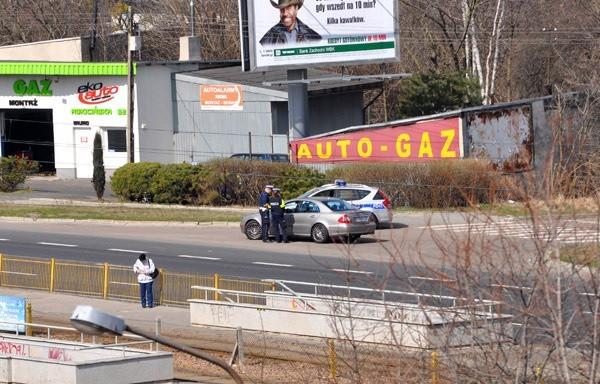 Policjanci kontrolują prędkość kierowców