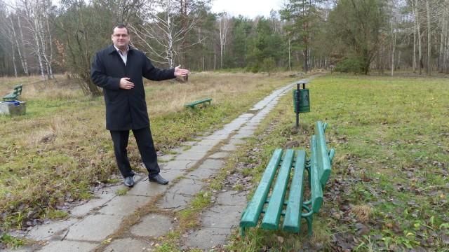 Prezydent Skarżyska Konrad Kronig pokazuje miejsce gdzie ma powstać unikalny park tematyczny przyciągający nawet ćwierć miliona ludzi rocznie.