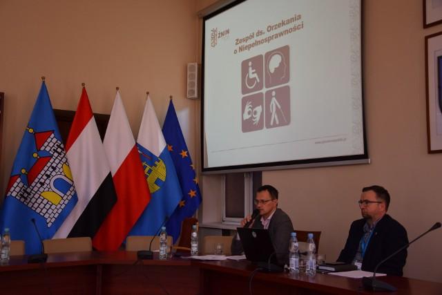 Spotkanie w auli Urzędu Miejskiego w Żninie i przedstawienie potrzeby i inicjatywy powołania Powiatowego Zespołu ds. Orzekania o Niepełnosprawności w Żninie. Na zdjęciu Sebastian Hałas (MOPS) i Łukasz Marnocha (UM).
