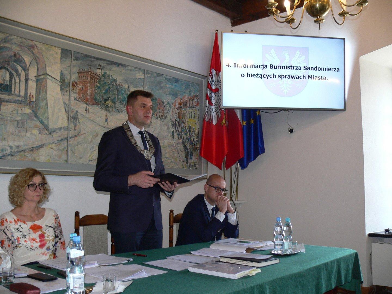 d7759a73e2 Burmistrz Sandomierza Marcin Marzec (w środku) przypomniał na ostatniej  sesji