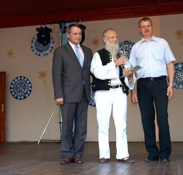 Józef Broda podczas wręczenia nagrody za zasługi dla kultury w Istebnej w 2013 roku.