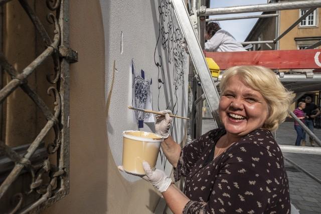 Poznańskie seniorki z wielką energią tworzą mural w centrum miasta.Kolejne zdjęcie -->