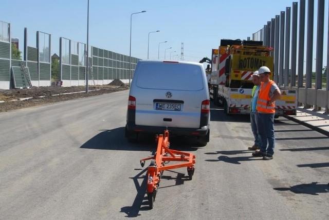 Badania jezdni prowadzono na dwa sposoby. Miejscy drogowcy chcieli mieć pewność, że  droga jest równa niemal jak stół.