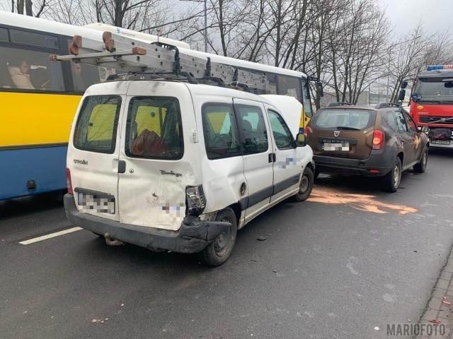 W czwartek około godziny 8.30 na ul. Budowlanych w Opolu zderzyły się trzy samochody osobowe.