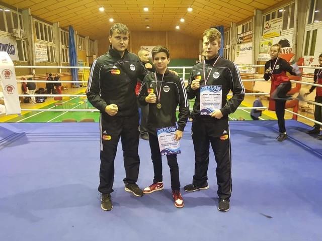 Trener Kamil Pawłowski z medalistami, Renato Chuzmarowem (w środku) i Alanem Trukawką