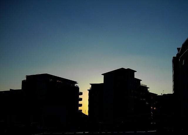 MieszkaniaTo nie podwykonawca stawiający budynek czy firma odpowiedzialna za wykończenie (choćby częściowe) mieszkań powinna być pociągnięta do usunięcia usterek w mieszkaniu. Za całość odpowiada deweloper.