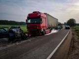 Przebród. Zderzenie volkswagena z ciężarówką na DW 653 Olecko-Suwałki. Kierowca osobówki nie żyje [ZDJĘCIA]