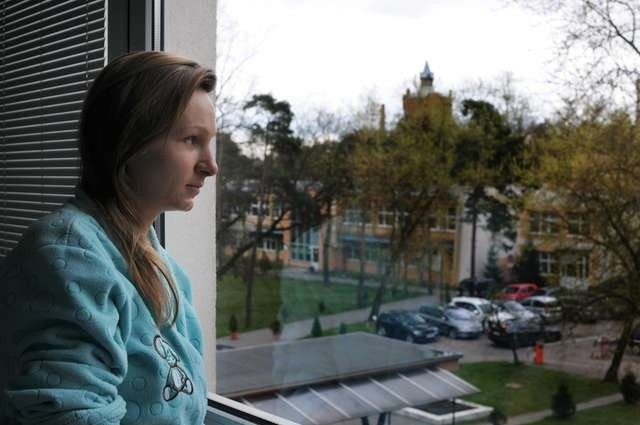 Taki widok z okna szpitala ma dziś pani Jolanta Talaśka i inni pacjenci. Widoczny w tle budynek wkrótce zostanie zburzony