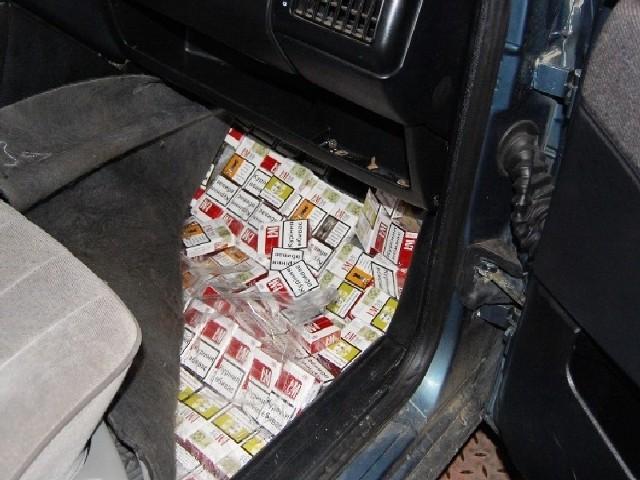 W różnych miejscach samochodu ukryte były paczki papierosów.