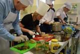 """Kolejna edycja akcji """"Pomaganie przez gotowanie!"""". Razem przyrządzimy świąteczne potrawy i pomożemy hospicjum! Ciągle można się zgłaszać"""