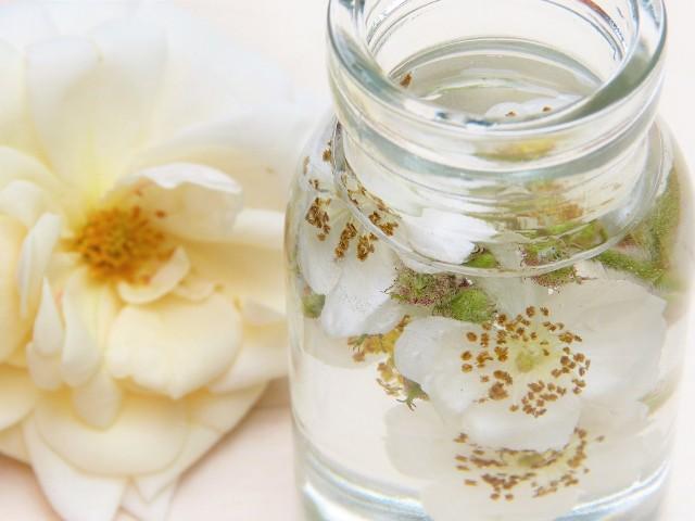 Hydrolaty są naturalnymi wodami kwiatowymi, które oczyszczają, tonizują i pielęgnują skórę. Stają się one szczególnie popularne w dobie powrotu do naturalnych i ekologicznych kosmetyków o różnym przeznaczeniu.