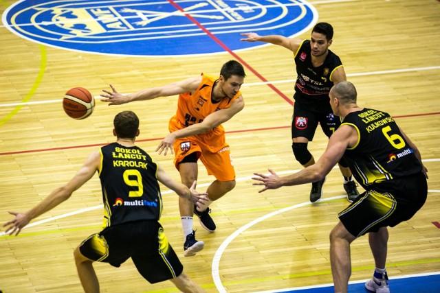 Łańcucianie (czarne stroje) rozegrali z Krakowie świetny mecz.