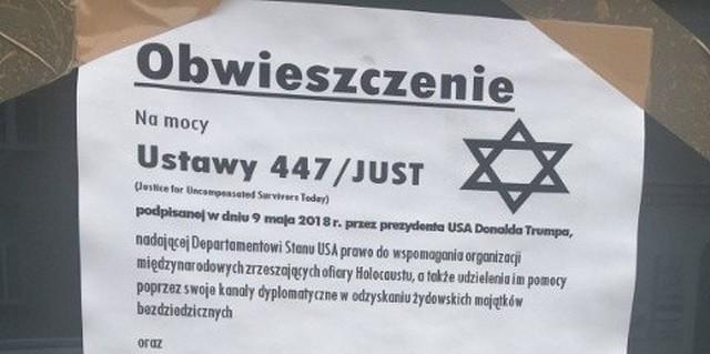 Plakat ma formę obwieszczenia, z którego wynika, że ten konkretny budynek zostanie zwrócony Żydom.