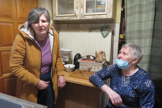 Krystyna Ulatowska (z lewej) wnioskowała do Miasta i Gminy Jabłonowo Pomorskie o nowe mieszkanie, ponieważ w tym, w którym mieszka przy ul. Kolejowej zalewane są ściany, odpada tynk, a przewody kominowe są nieszczelne