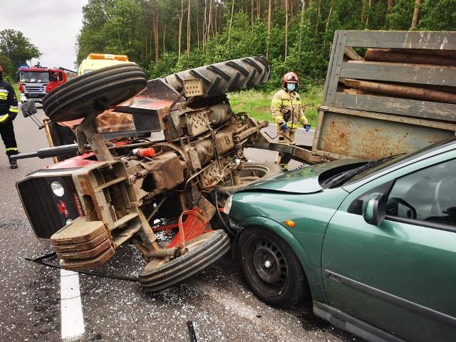 W sobotę na drodze krajowej 94 w miejscowości Nowosielce k. Przeworska doszło do kolizji ciągnika rolniczego z oplem. Dwa pasy jezdni w kierunku Jarosławia zostały zablokowane.