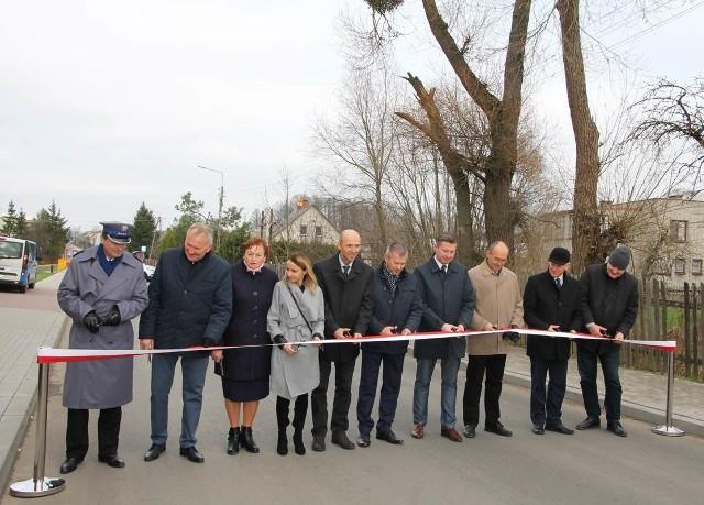 Niespełna dwa kilometry modernizacji drogi przez Kuriany kosztowało 14,6 mln zł.  To wspólna inwestycja Starostwa Powiatowego w Białymstoku i gminy Zabłudów.  Oba samorządy otrzymały na nią prawie 4 mln zł unijnej dotacji.