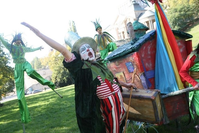 """Spektakl uliczny dla dzieci """"Bajkowa podróż klaunów"""" w sobotę, 18 lipca na Rybnym Rynku w Grudziądzu"""