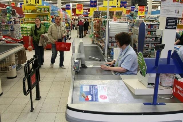 Jutro większość sklepów będzie nieczynna, ale dziś niektóre wydłużyły godziny pracy. fot. D. Łukasik