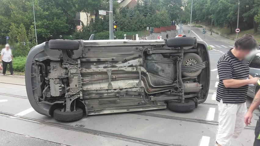 Jeden z volkswagenów pod wpływem siły uderzenia przewrócił...
