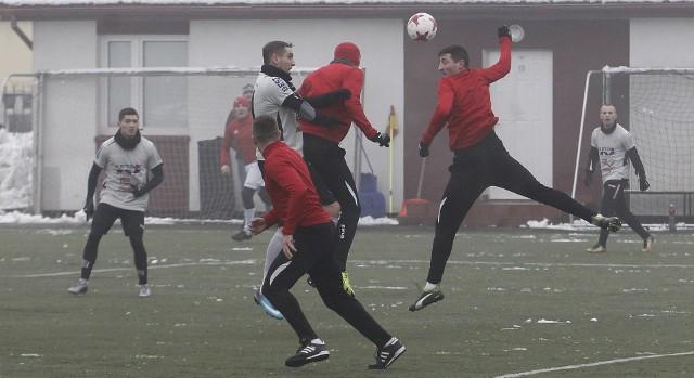 LKS Pisarowce (czerwone koszulki) pokonał Rzemieślnik Pilzno w meczu sparingowym