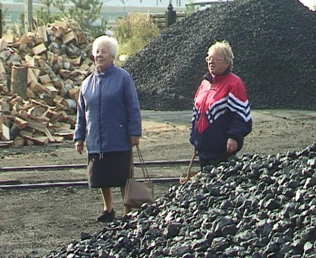 Starsi ludzie boją się zimy i dalszych podwyżek cen węgla. Póki co, kupują koks na wiadra. Mieszają z miałem węglowym, dodają drewno, wrzucają do pieca i z niepokojem patrzą na słupek rtęci za oknem.