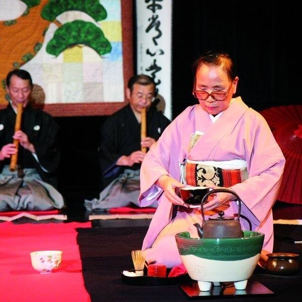 Japoński ceremoniał parzenia herbaty na deskach kina Forum