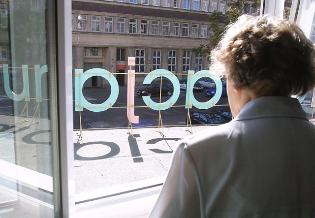 Właściciel restaruacji zamontował pod oknem jednej z lokatorek reklamę, która zasłania jej widok na ulicę.